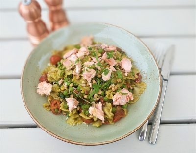 Pesto, spinach and tomato farfalle pasta - with optional flaked salmon